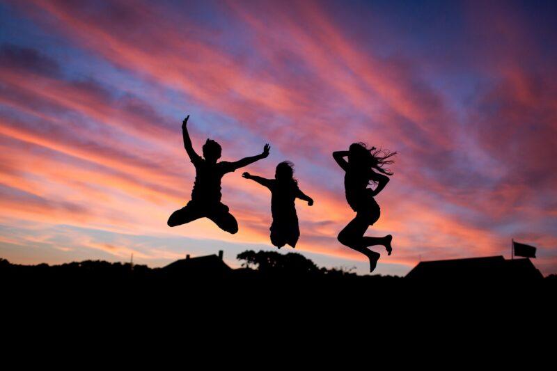 ジャンプする人々