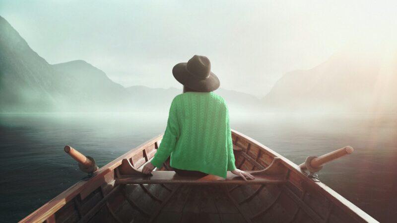 舟に腰掛ける女性