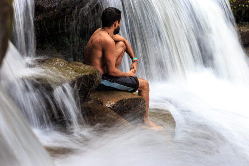 滝で考える人