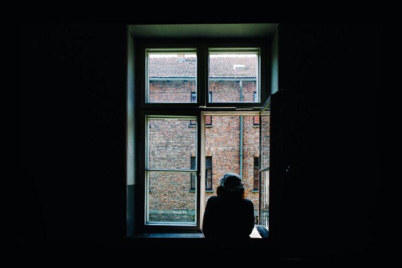 窓際で悩む