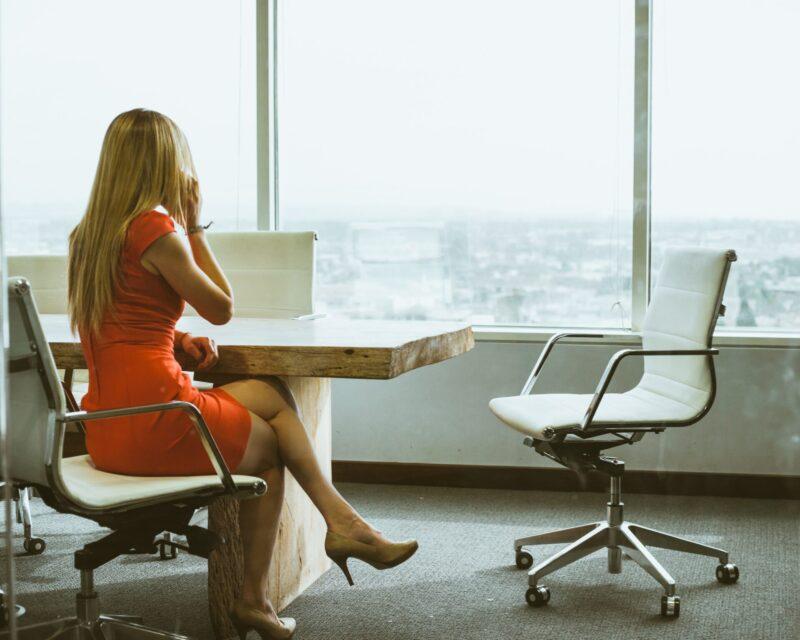 座って電話する女性